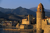 Europe/France/Languedoc-Roussillon/66/Pyrénées-Orientales/Collioure: le château et l'église avec son clocher dome qui fut l'ancien phare du port