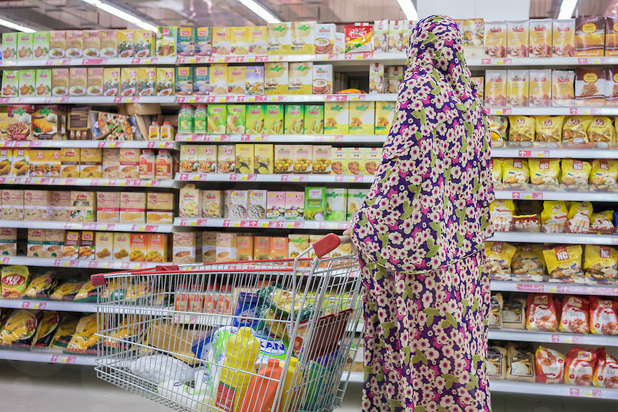 June 29, 2014 - Shiraz, Iran. A woman shops at Hyperstar, Iran's first international-style hypermarket, built inside the Persian Gulf Complex, a huge mall built a few kilometers outside Shiraz. Hyperstar plans to open 15 branches by 2015 in 5 different cities. © Thomas Cristofoletti / Ruom