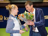 15-12-12, Rotterdam, Tennis Masters 2012, Kiki Bertens ontvangt een award uit handen van de voorzitter van de IC, Michiel Schapers