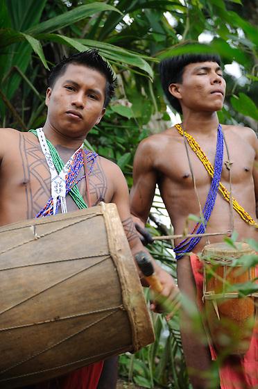 Indígenas emberá / comunidad indígena emberá, Panamá.<br /> <br /> Indígenas tocando el tambor en comunidad Emberá Purú.