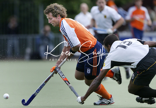 Vierlandentoernooi Hockey. Nederland-Duitsland. Ronald Brrouwer, de maker van het 2e doelpunt, passeert de Duitser Michael Green