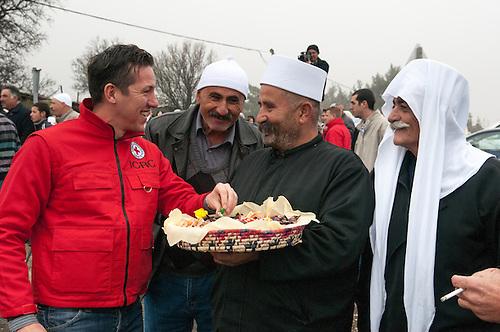 Plateau du Golan, dans la zone tampon entre la Syrie et Israel, Jan 2011. Dans le cadre de la reunification familiale facilitee par le CICR (Comite International de la Croix Rouge), un mariage a lieu entre une Syrienne et un  Israelien de la comunaute druze, qui est separee des deux cotes de la frontiere. Un agent du CICR rencontre les proches de la famille. Le temps d'une petite heure, c'est une occasion unique de revoir des parents qui vivent de l'autre cote de la frontiere depuis qu'Israel a annexe le Golan en 1981 (annexion non reconnue a ce jour par l'ONU). Seul le CICR est habilite a coordoner ce genre de reunion, car la frontiere est fermee pour les civils.