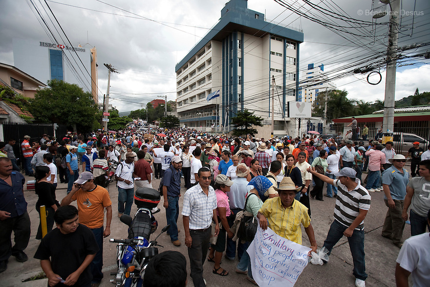 1 july 2009 - Tegucigalpa, Honduras - Thousands of supporters of ousted President Manuel Zelaya during a march in front of the United Nations in Tegucigalpa, capital of Honduras. Zelaya has been forced into exile after being arrested by a group of soldiers in an apparent military coup..Photo credit: Benedicte Desrus
