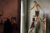 Devant la déposition du christ, Musée du Louvre, dans l'aile Richelieu, section des scultpures médiévales italiennes . [ENG]  A medieval wood sculpture figuring the Christ deposition from the cross, Italian section, Middle ages sculptures - Louvre Museum, Paris.