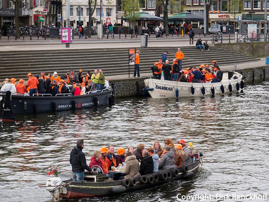 Boote auf dem Damrak am K&ouml;nigstag in Amsterdam, Provinz Nordholland, Niederlande<br /> boats an Damrak at Kings Day, Amsterdam, Province North Holland, Netherlands