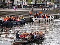 Boote auf dem Damrak am K&ouml;nigstag in Amsterdam, Provinz Nordholland, Niederlande<br /> boats an Damrak at Kings Day, Amsterdam, Province North Holland, Netherlands