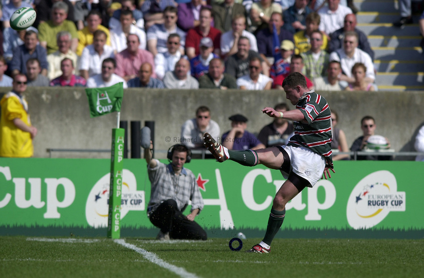 Photo. Richard Lane..Stade Francais v Leicester Tigers. ERC Heineken Cup Final at Parc des Princes, Paris. 19/05/2001..Tim Stimpson kicks.