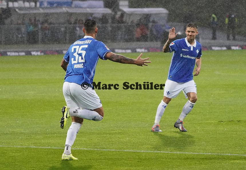 celebrate the goal, Torjubel zum 1:0 Dario Dumic (SV Darmstadt 98) - 04.10.2019: SV Darmstadt 98 vs. Karlsruher SC, Stadion am Boellenfalltor, 2. Bundesliga<br /> <br /> DISCLAIMER: <br /> DFL regulations prohibit any use of photographs as image sequences and/or quasi-video.