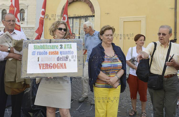 Roma, 23 Agosto 2013<br /> Piazza Montecitorio<br /> Sit in di precari e precarie della scuola, docenti , personale ATA, tecnici e amministrativi davanti  Montecitorio.<br /> Durante la protesta una donna tenta di darsi fuoco