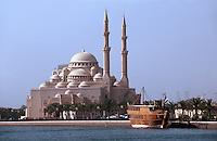 Sharja Dhow Restaurant auf der Khalid Lagune, Moschee, Sharja, Vereinigte arabische Emirate (VAE, UAE)