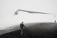 Im Gipfelbereich des Etna, Wanderung, Exkursion, Wandern, im Frühjahr bei Schneesturm, Schnee und Wolkenverhangen, Wolke, Ätna, Etna, Vulkan, karge Vulkanlandschaft, Italien, Sizilien, Mount Etna, volcano