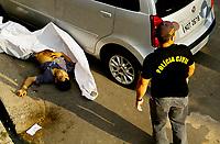 """Manaus 07/11/2012 -  Corpo de Italo de Souza, 24 anos morto na troca de tiros com a Força Tática da PM na rua 13 Alvorada 3, zonas oeste de Manaus. A série """"guerra esquecida"""", revela uma triste realidade da maior cidade do norte do Brasil. Manaus teve  de 2010 a 2012 mais de  2 mil homicidios de jovens envolvidos com o tráfico de drogas. A igreja católica em fevereiro de 2013 lançou a campanha da CNBB (Conferência Nacional dos Bispos do Brasil), que tem como tema """"Fraternidade e Juventude"""" , o que gerou polêmica na cidade devido ao número de homicidios que o governo do Amazonas não reconhece, ou tenta manipular dados para que não se tenha uma imagem negativa do estado Em 2014 manaus é uma das subsedes da Copa do Mundo de Futebol. (Foto Albero Céesar Araújo)"""