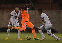 ENVIGADO -COLOMBIA-09-04-2015. Yilmar Angulo (C) de Envigado FC disputa el balón con Raul Peñaranda (Der) de Once Caldas durante partido por la fecha 14 de la Liga Águila I 2015 realizado en el Polideportivo Sur de la ciudad de Envigado./ Yilmar Angulo (C) of Envigado FC fights for the ball with Raul Peñaranda (R) of Once Caldas during match for the 14th date of the Aguila League I 2015 at Polideportivo Sur in Envigado city.  Photo: VizzorImage/León Monsalve/STR