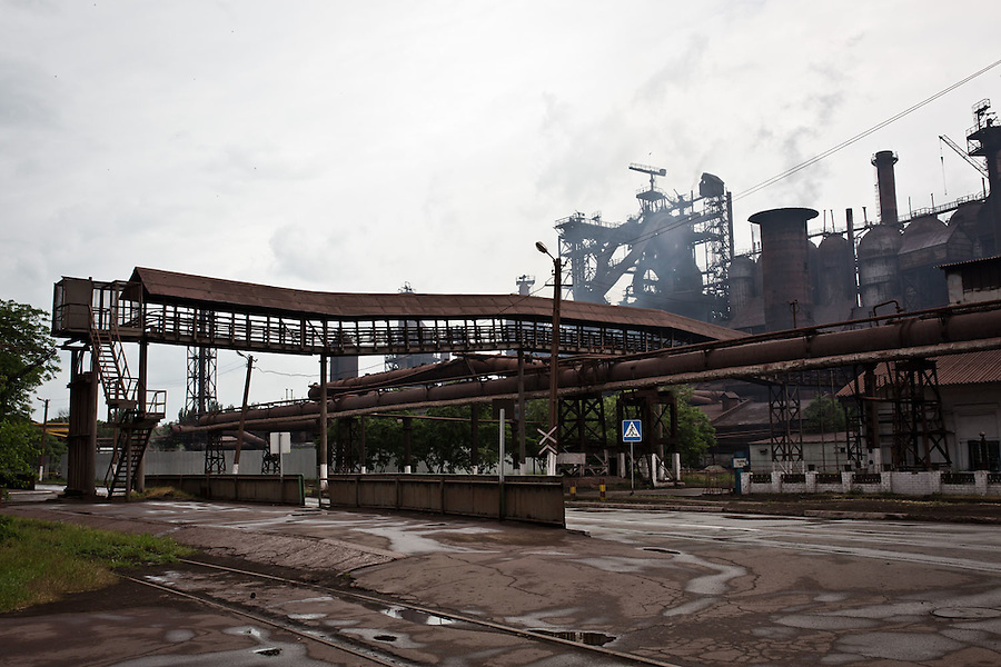 MARIUPOL, Ukraine: The factory Ilyich &quot;Iron and steel work&quot; employs about 25 000 people which provide a big amount of employment for the city of Mariupol. <br /> Here, the factory from outside. <br /> <br /> MARIUPOL, Ukraine:L'usine Ilitch &quot;Iron and steel work&quot; emploie environ 25 000 personnes qui fournit un grand nombre d'emplois pour la ville de Mariupol.<br /> Ici, vu externe de l'usine.