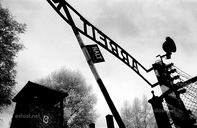 """Polen, 05.1989.Osviecim (Auschwitz).KZ-Gedenkstätte:  Eingangstor zum Stammlager Auschwitz I mit dem Schriftzug """"Arbeit macht frei""""..Entrance to the former concentration camp Auschwitz I with the cynical writing """"Work sets you free""""..© Martin Fejer/est&ost"""
