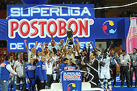 MEDELLIN - COLOMBIA -29 - 01-2014: Los jugadores de Deportivo cali levantan el trofeo de la Super Liga 2014, en el estadio Atanasio Girardot de la ciudad de Medellin.  / The players of Deportivo Cali, rise the trophy of the Super Liga 2014 at the Atanasio Girardot Stadium in Medellin city. Photo: VizzorImage / Luis Rios / Str
