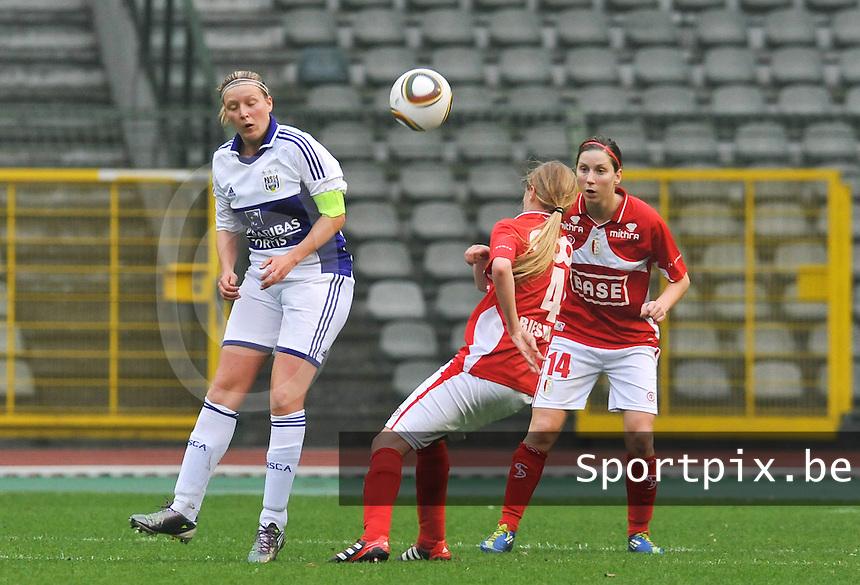 RSC Anderlecht Dames - Standard Femina de Liege : Sophie Mannaert met de kopbal.foto DAVID CATRY / Vrouwenteam.be