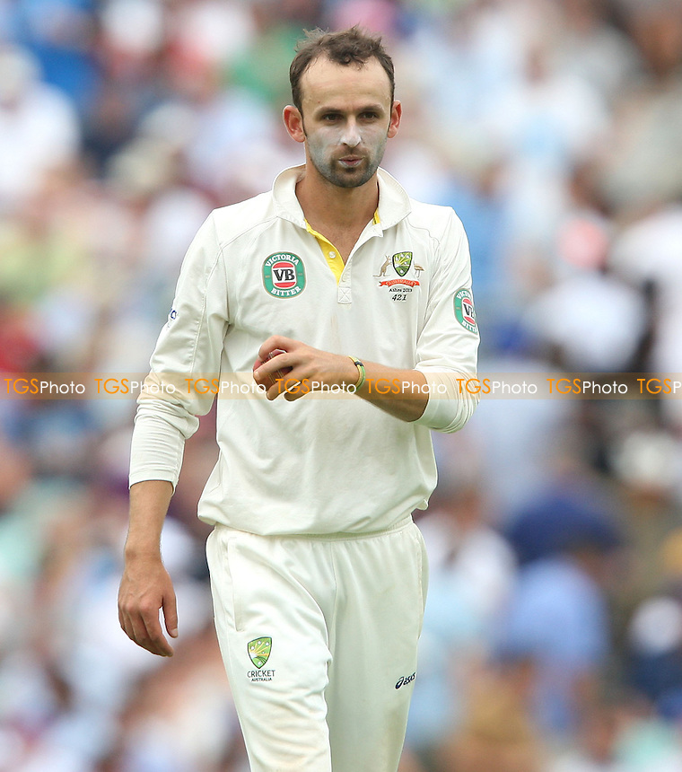 Nathan Lyon of Australia misses one in the slips - England vs Australia - 3rd day of the 5th Investec Ashes Test match at The Kia Oval, London - 23/08/13 - MANDATORY CREDIT: Rob Newell/TGSPHOTO - Self billing applies where appropriate - 0845 094 6026 - contact@tgsphoto.co.uk - NO UNPAID USE