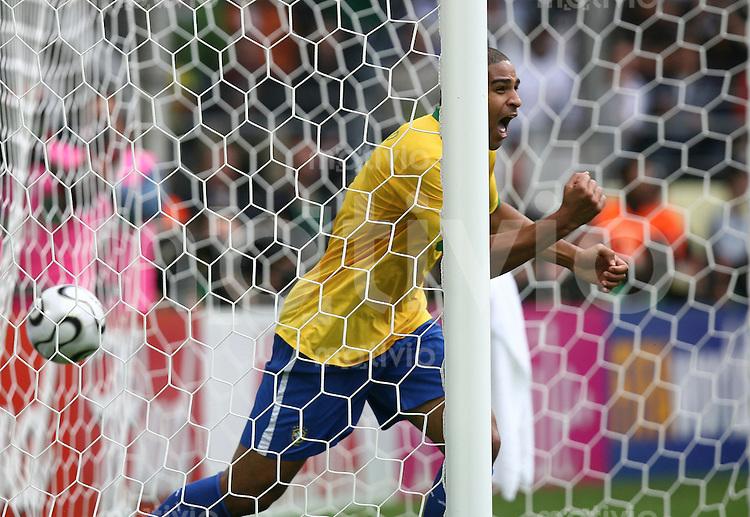 Fussball WM 2006  Achtelfinale  Brasilien - Ghana Jubel nach dem 2:0 Adriano (BRA)