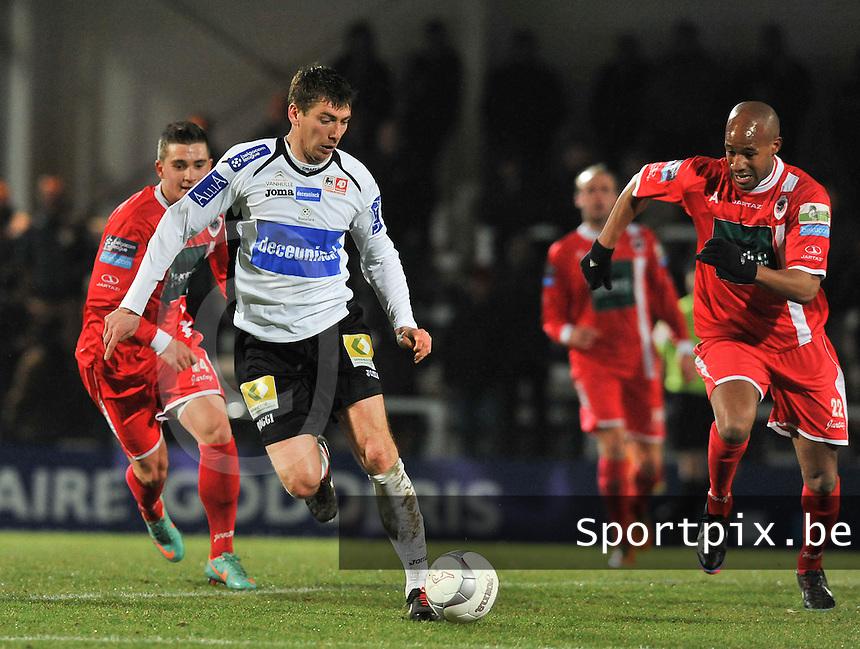 KSV Roeselare - R. Antwerp FC : Sergiy Serebrennikov aan de bal voor de aanstormende Omar Bennassar.foto VDB / BART VANDENBROUCKE