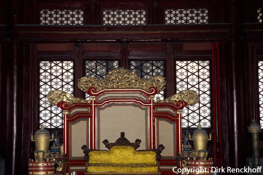 Thron in Halle der vollkommenen Harmonie, Kaiserpalast (Gugong, Verbotene Stadt), Peking,  China, Unesco-Weltkulturerbe