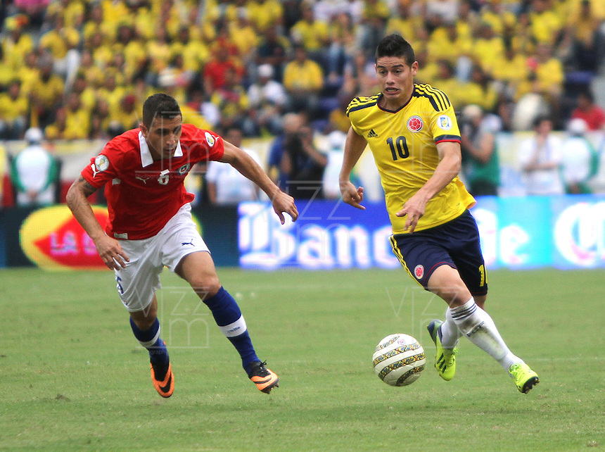 BARRANQUILLA -COLOMBIA- 11 -10-2013. James Rodriguez  ( Der) de Colombia disputa el balon  contra  Carlos Carmona  (Izq) de  Chile ,partido correspondiente para las eliminatorias al mundial de Brasil 2014 disputado en el estadio Metropolitano de Barranquilla   / Colombia  James Rodriguez (R) dispute the ball against  Carlos Carmona (L)  Chile for the qualifying game for the World Cup Brazil 2014 match at the Metropolitano stadium in Barranquilla  .Photo: VizzorImage / Felipe Caicedo /  Staff /
