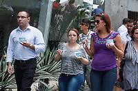 SAO PAULO, SP, 09 DE FEVEREIRO 2012 - CLIMA TEMPO - FORTE CALOR EM SÃO PAULO - Pedestre tomam sorvete na tarde desta quinta-feira (9) na Av. Paulista região central de São Paulo. A tarde começa com muitas nuvens no céu da cidade. Apesar disso, o sol aparece em vários bairros e eleva as temperaturas. Agora as estações automáticas do CGE registram 32°C. Já o índice de umidade relativa oscila em torno dos 40%. (FOTOS: AMAURI NEHN/NEWS FREE)