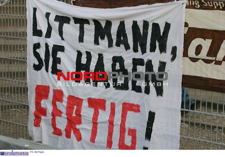 RL NORD 2004/2005 -  Rueckrunde, 29.Spieltag<br /> Am Rande der Partie FC St.Pauli vs. BVB Dortmund (A) fordern St.Pauli-Fans mit einem Transparent am Stadionzaun in Anlehnung an den Trapattoni-Ausspruch: &quot;Littmann, Sie haben fertig!&quot;<br /> <br /> Foto &copy; nordphoto / Sarbach<br /> <br />  *** Local Caption *** Foto ist honorarpflichtig! zzgl. gesetzl. MwSt.<br />  Belegexemplar erforderlich<br /> Adresse: nordphoto<br /> Georg-Reinke-Strasse 1<br /> 49377 Vechta