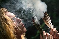 Räuchern mit Räucherbündel, Räucherbüschel, Räucherritual, Sommersonnenwende, Mittsommer, Räuchern mit Kräutern, Kräuter verräuchern, Wildkräuter, Duftkräuter, Duft, Smoking with herbs, wild herbs, aromatic herbs, fumigate, cure. Oregano, Wilder Dost, Echter Dost, Oreganum, Gemeiner Dost, Origanum vulgare, Oregano, Wild Marjoram. Tüpfel-Johanniskraut, Echtes Johanniskraut, Tüpfeljohanniskraut, Hypericum perforatum, St. John´s Wort. Gewöhnlicher Beifuß, Beifuss, Artemisia vulgaris, Mugwort, common wormwood. Rainfarn, Rain-Farn, Tanacetum vulgare, Chrysanthemum vulgare, Tansy. Walnussblätter, Walnuß, Walnuss, Walnuß, Wal-Nuss, Wal-Nuß, Juglans regia, Walnut, Noyer commun