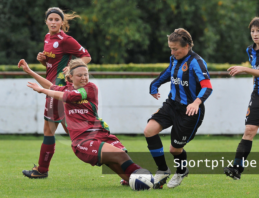 Club Brugge Dames - Dames Zulte Waregem : Eva Van Daele met de tackle op Christine Saelens.foto DAVID CATRY / Vrouwenteam.be