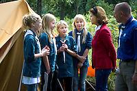 Girls talking with Queen Silvia. Photo: Mikko Roininen / Scouterna