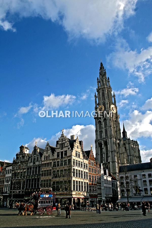 Torre com relógio dourado da Onze-Lieve-Vrouwe, catedral da cidade.  Antuérpia. Bélgica. 2007. Foto de Marcio Nel Cimatti.