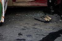 MOGI DAS CRUZES,SP,QUINTA FEIRA 28 DE MARÇO DE 2012,ACIDENTE AUTO X MOTO  DEIXA 3 FERIDOS EM MOGI DAS CRUZES SP,No fim da tarde desta quinta 28,um Veiculo Celta vermelho que vinha pela rua Vicente Manna Junior passando a faixa de pedestres ficando exposta na rua Deotado Wertheimer que vinha uma  moto CBX 250 cinza que atingiu o mesmo,no carro uma mulher ficou presa entre as ferrangens,na moto dois homens,mulher que dirigia o carro teve fratura seria proximo ao baço esquerdo os motociclistas um quebrou os dentes da boca o garupa teve escoriacoes na perna,todos foram levados para o hospital Luzia de Pinho Mello em Mogi das Cruzes na grande SP,a mulher que dirigia o Celta estava calcando um salto alto,FOTO:WARLEY LEITE-BRAZIL PHOTO PRESS