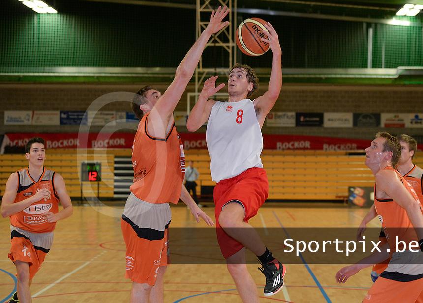 Holstra Wevelgem - Kortrijk Sport : Tom Delmulle (8) met de lay-up voor de blokkende Jasper Velghe (links)<br /> Foto VDB / Bart Vandenbroucke