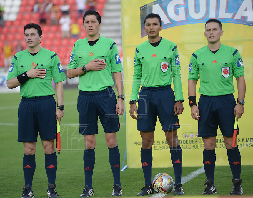 IBAGUÉ -COLOMBIA, 12-08-2015. Cristian Villarraga, arbitro, posa con los jueces asistentes previo al encuentro entre Deportes Tolima y Patriotas FC por la fecha 16 de la Liga Aguila II 2016 jugado en el estadio Manuel Murillo Toro de la ciudad de Ibagué./ Cristian Villarraga, referee, pose with the others assistant referees prior the match between Deportes Tolima and Patriotas FC for the date 16 of the Aguila League II 2016 played at Manuel Murillo Toro stadium in Ibague city. Photo: VizzorImage / Juan Carlos Escobar / Str