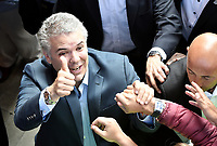 BOGOTA - COLOMBIA, 17-06-2018: Ivan Duque, candidato presidencial por el partido Centro Democrático levanta su pulgar en señal de victoria para saludar a sus seguidores después de ejercer su derecho al voto durante la segunda vuelta de las elecciones presidenciales de Colombia 2018 hoy domingo 17 de junio de 2018. El candidato ganador gobernará por un periodo máximo de 4 años fijado entre el 7 de agosto de 2018 y el 7 de agosto de 2022. / Ivan Duque, presidential candidate for the Centro Democratico party, makes a sign of victory to greet his followers after exercising his right to vote during Colombia's second round of 2018 presidential election today Sunday, June 17, 2018. The winning candidate will govern for a maximum period of 4 years fixed between August 7, 2018 and August 7, 2022. Photo: VizzorImage / Gabriel Aponte / Staff