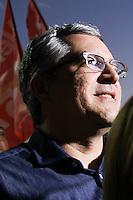 GUARULHOS, SP, 22.07.2014 - ELEICOES 2014 - ALEXANDRE PADILHA - Candidato do PT ao governo de São Paulo, Alexandre Padilha (C), faz campanha na cidade de Guarulhos, grande São Paulo, nesta terça-feira, 22. (Foto: Geovani Velasquez / Brazil Photo Press).