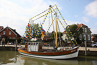 Kutter LuluMeinders geschmückt für die Kutter Regatta im Hafen von Neuharlingersiel - 16.08.2018: Fischfang und Rundfahrt von Neuharlingersiel