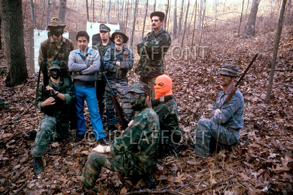 Region of Huntsville, AL - December 6th and 7th 1980<br /> Bill Wilkinson the Wizard of the Invisible  Empire of the KKK, with members of the Secret Army. There's a camp of Special Forces of the KKK. <br /> We are a small group of journalists invited to witness their training Deep in a forest of Alabama, bordering Tennessee, training ground for the Ku Klux Klan&rsquo;s secret army R&eacute;gion de Huntsville, Alabama. 6 et 7 d&eacute;cembre 1980.<br /> Nous sommes un petit groupe de journalistes invit&eacute;s &agrave; un entra&icirc;nement des troupes arm&eacute;es du Ku Klux Klan. On nous a band&eacute; les yeux et nous avons d&ucirc; passer une nuit dans la for&ecirc;t pour assister au petit matin &agrave; un exercice militaire et de tirs d'un groupe arm&eacute; et cagoul&eacute;. On nous a dit que dans cet &eacute;tat ils avaient le droit d'avoir des armes et de s'entra&icirc;ner, non pas &agrave; tuer mais &agrave; d&eacute;fendre la culture de la race blanche.