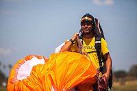 ROLDANILLO-COLOMBIA- 26-01 2013. Lucho Jimenez, director de Airnomads, camina con su parapente después de aterrizar  hoy durante el último día de la Superfinal del Paragliding World Cup 2013  competencia que se desarrolla por primera vez en Colombia. En la SPWC participan los 140 mejores pilotos del mundo provenientes de 32 paises./ Lucho Jiménez, director of Airnomads, wals with his paragliding today during the last day of the Paragliding World Cup 2013. In the SPWC involved more than a hundred athletes from 32 countries. Photo. VizzorImage/Federico Rios/Cont.
