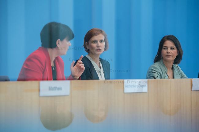 Fraktionsuebergreifend stellten am Montag den 6. Mai 2019 Bundestagsabgeordneten Annalena Baerbock, Bundesvorsitzende Buendnis 90 / Die Gruenen (rechts im Bild); Katja Kipping, Parteivorsitzende der Linkspartei (Bildmitte); Christine Aschenberg-Dugnus, gesundheitspolitische Sprecherin der FDP-Bundestagsfraktion (links im Bild); Hilde Mattheis, SPD und Karin Maag, gesundheitspolitische Sprecherin der CDU/CSU-Bundestagsfraktion einen alternativen Gesetzentwurf zur Organspende vor. Im Gegensatz zum Organspendegesetz von Gesundheitsminister Jens Spahn, setzten die Abgeordneten auf Freiwilligkeit zur Organspende und nicht auf die automatische Zustimmung, wenn kein Widerspruch vorliegt.<br /> 6.5.2019, Berlin<br /> Copyright: Christian-Ditsch.de<br /> [Inhaltsveraendernde Manipulation des Fotos nur nach ausdruecklicher Genehmigung des Fotografen. Vereinbarungen ueber Abtretung von Persoenlichkeitsrechten/Model Release der abgebildeten Person/Personen liegen nicht vor. NO MODEL RELEASE! Nur fuer Redaktionelle Zwecke. Don't publish without copyright Christian-Ditsch.de, Veroeffentlichung nur mit Fotografennennung, sowie gegen Honorar, MwSt. und Beleg. Konto: I N G - D i B a, IBAN DE58500105175400192269, BIC INGDDEFFXXX, Kontakt: post@christian-ditsch.de<br /> Bei der Bearbeitung der Dateiinformationen darf die Urheberkennzeichnung in den EXIF- und  IPTC-Daten nicht entfernt werden, diese sind in digitalen Medien nach §95c UrhG rechtlich geschuetzt. Der Urhebervermerk wird gemaess §13 UrhG verlangt.]