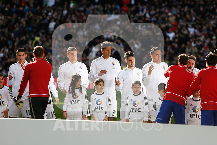 Real Madrid´s players greet Atletico de Madrid´s players before 2015/16 La Liga match between Real Madrid and Atletico de Madrid at Santiago Bernabeu stadium in Madrid, Spain. February 27, 2016. (ALTERPHOTOS/Victor Blanco)