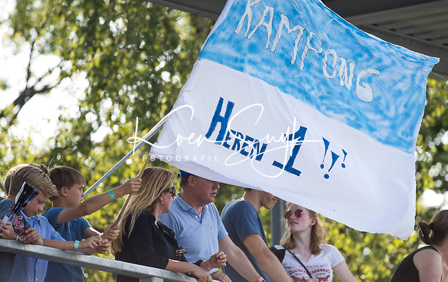 UTRECHT - Vlag, supporter Heren I ,    tijdens   de finale van de play-offs om de landtitel tussen de heren van Kampong en Amsterdam (3-1). Kampong kampioen van Nederland. COPYRIGHT  KOEN SUYK