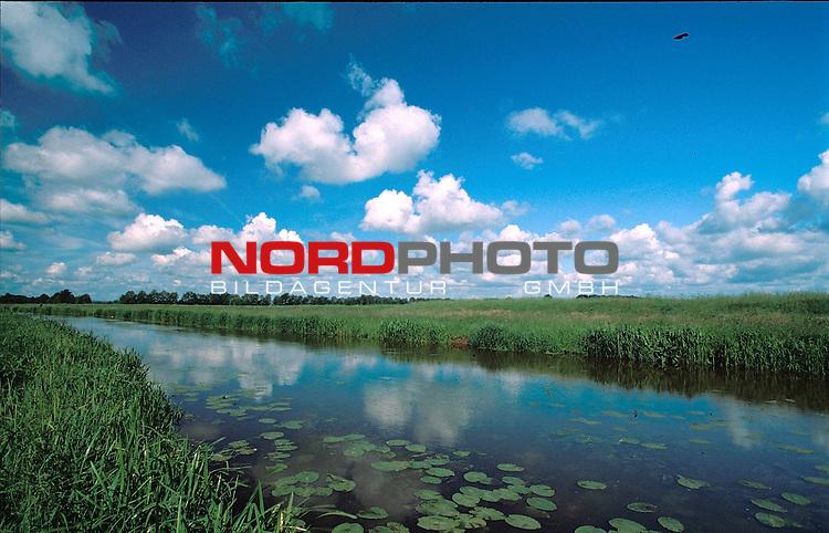 Wolken spiegel sich in der Hunte<br /> <br /> Bild-Info 20*30 bei 300 DPI ( Dia )<br /> [Foto &copy; nordphoto / Willi Rolfes -  Foto ist honorarpflichtig! zzgl. gesetzl. MwSt.<br />  Belegexemplar erforderlich<br /> Adresse: nordphoto<br /> Georg-Reinke-Strasse 1<br /> 49377 Vechta