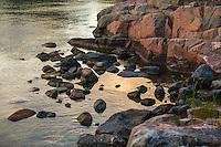Stenar och klippa vid vatten i Roslagen Stockholms skärgård