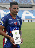 SANTA MARTA - COLOMBIA, 05-04-2019: Luis Carlos Arias del Unión posa para una foto  con el premio al mejor jugador después del partido por la fecha 14 entre Unión Magdalena y Patriotas Boyacá de la Liga Águila I 2019 jugado en el estadio Sierra Nevada de la ciudad de Santa Marta. / Luis Carlos Arias of Union poses to a photo with his ward to the bert palyer after the Final second leg match between Union Magdalena and Patriotas Boyaca of the Aguila League I 2019 played at Sierra Nevada stadium in Santa Marta city. Photo: VizzorImage / Gustavo Pacheco / Cont