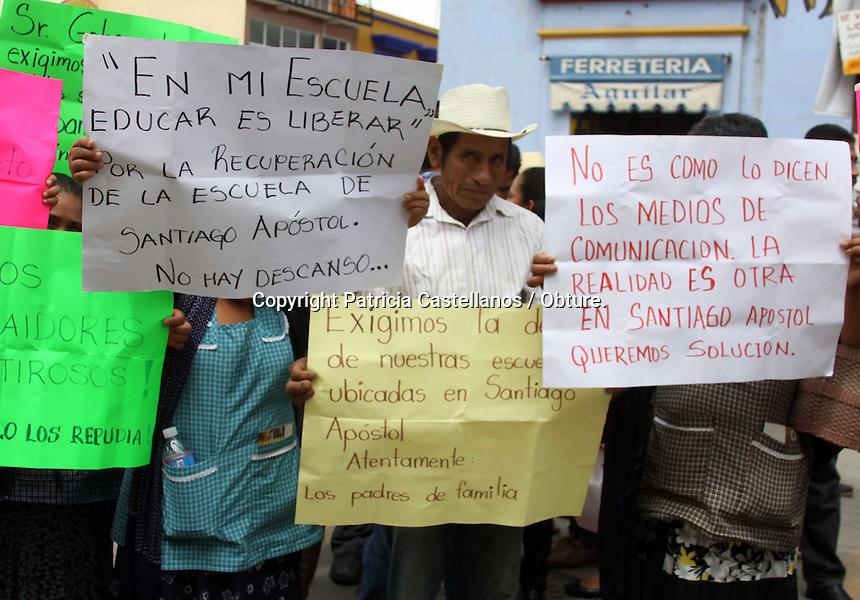 Ocotl&aacute;n de Morelos, Oaxaca. 26/08/2015.- Durante la visita del gobernador de Oaxaca, Gabino Cu&eacute; Monteagudo, por el municipio de Ocotl&aacute;n de Morelos, quien presidir&iacute;a en este lugar el evento de &ldquo;Lanzamiento de la Ruta M&aacute;gica de las Artesan&iacute;as&quot;, integrantes de la secci&oacute;n 22 del Sindicato Nacional de Trabajadores de la Educaci&oacute;n (SNTE) provenientes de esta zona,  protestaron con pancartas, exigiendo la salida de los docentes de la secci&oacute;n 59 de las escuelas de Santiago Ap&oacute;stol.<br /> <br />  <br /> <br /> Y es que desde que los profesores de la secci&oacute;n 22 fueron expulsados por los padres de familia de esta localidad hace un a&ntilde;o, y sustituidos por el personal docente de la secci&oacute;n 59, dichas instituciones no han sido recuperadas por su sindicato, por lo que los maestros protestaron durante el evento del mandatario estatal, demandando atenci&oacute;n a sus peticiones.<br /> <br />  <br /> <br /> Cabe destacar que durante la ejecuci&oacute;n del evento protocolario en Ocotl&aacute;n de Morelos encabezado por el representante del ejecutivo, se pod&iacute;an escuchar las consignas por parte de los inconformes que no se movieron del sitio en ning&uacute;n momento, y enfatizaban  en ellas el &ldquo;mal  manejado del gobierno&rdquo; que Cu&eacute; Monteagudo ha estado administrando desde hace m&aacute;s de 4 a&ntilde;os.