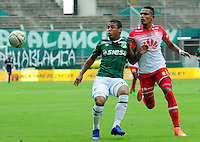 CALI -COLOMBIA-10-04-2016. Cesar Amaya (Izq) del Deportivo Cali disputa el balón con William Tesillo (Der) de Independiente Santa Fe durante partido por la fecha 12 de la Liga Águila I 2016 jugado en el estadio Palmaseca de Cali./ Cesar Amaya (L) player of Deportivo Cali fights for the ball with William Tesillo (R) player of Independiente Santa Fe during match for the date 12 of the Aguila League I 2016 played at Palmaseca stadium in Cali. Photo: VizzorImage/ NR / Cont