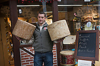 Europe/France/Auvergne/15/Cantal/Aurillac: Xavier Morin  fromager et ses tommes de cantal, Fromagerie Xavier Morin [Non destiné à un usage publicitaire - Not intended for an advertising use]