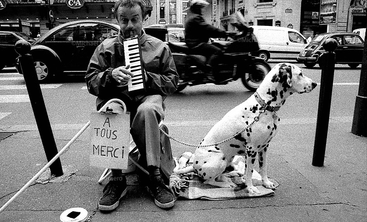 09.1999<br /> <br /> Blind musician playing in the street.<br /> <br /> Musicien aveugle jouant dans la rue.